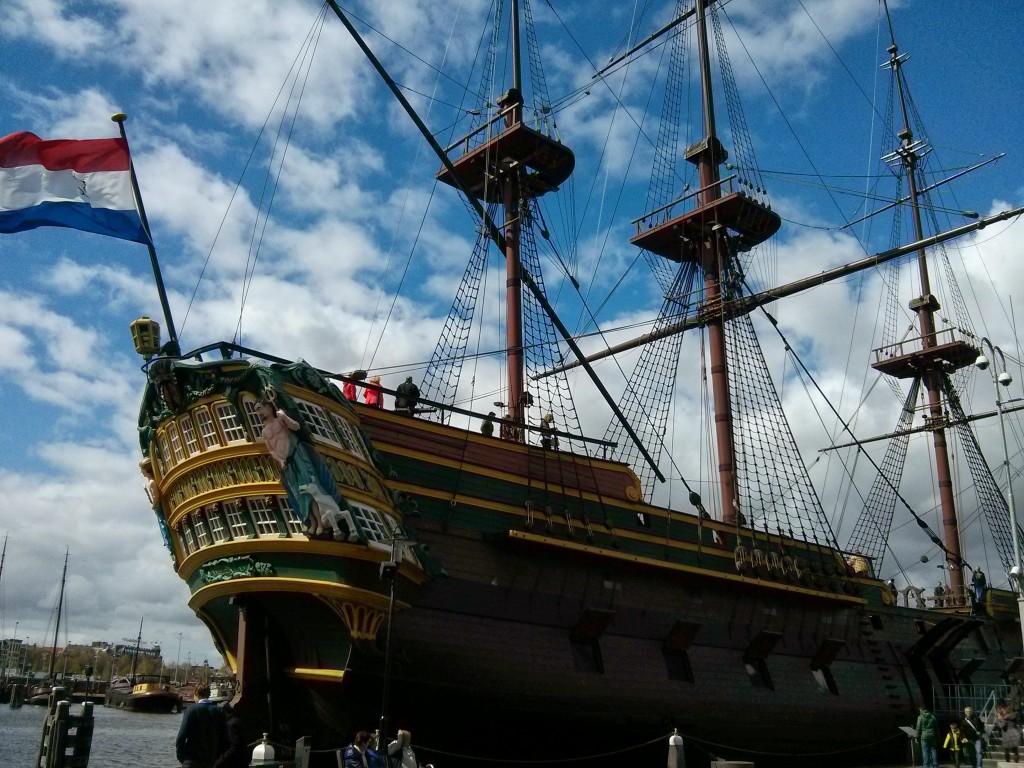 Replica van De Amsterdam bij het Scheepvaartmuseum